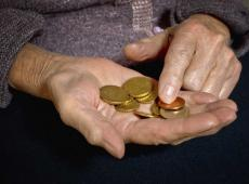 Oudere hand met geldstukken