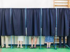Kiezers stemmen in het stemhokje