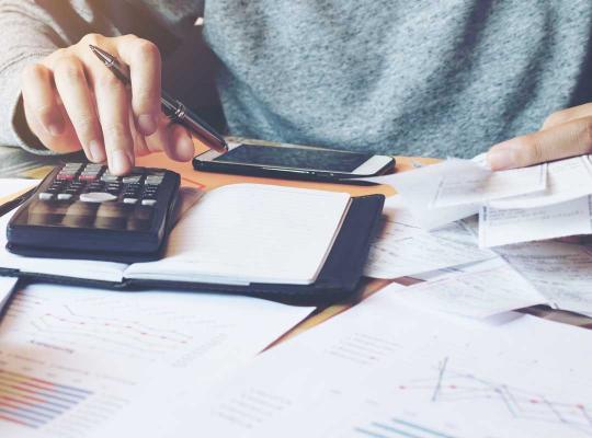 Man vult belastingsbrief in