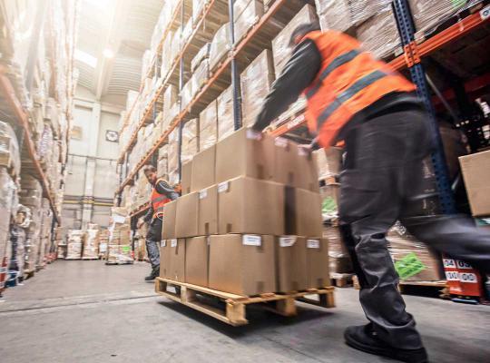 Mannen aan het werk in magazijn