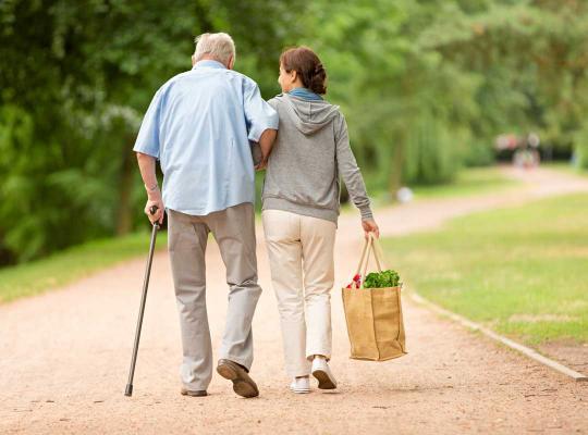 Oudere man en vrijwilliger